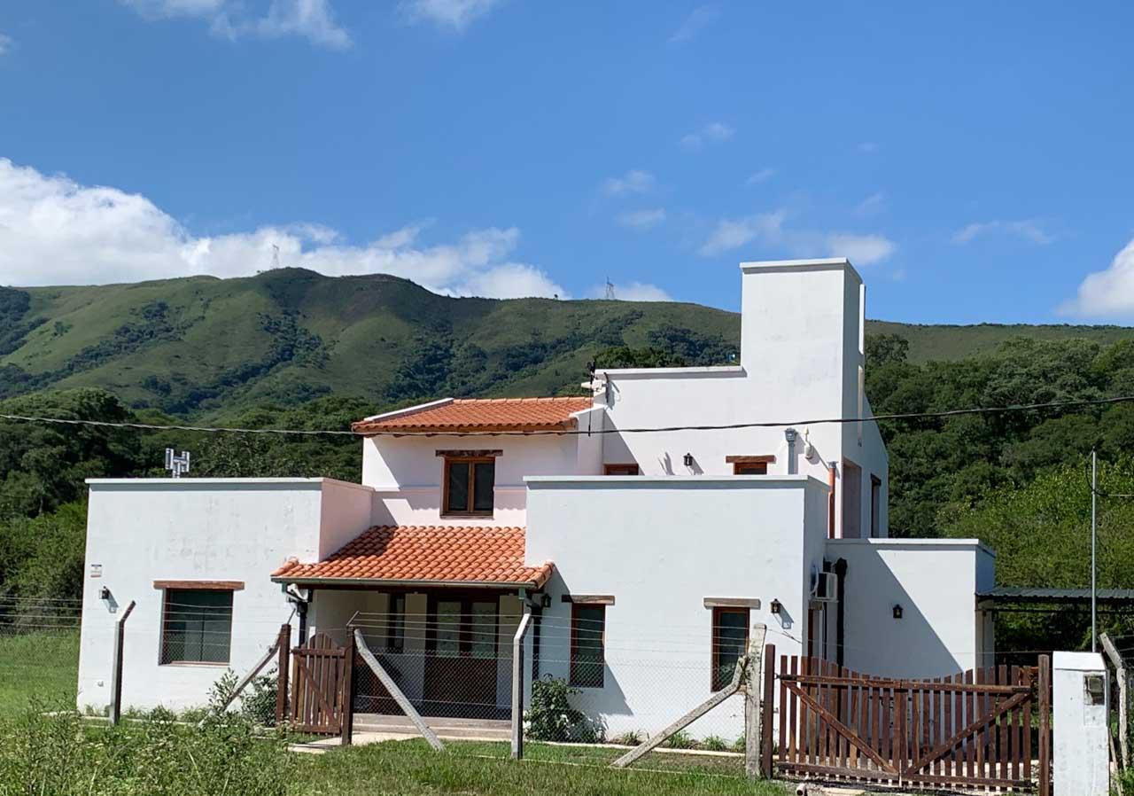 1 Casa blanca sobre cañada